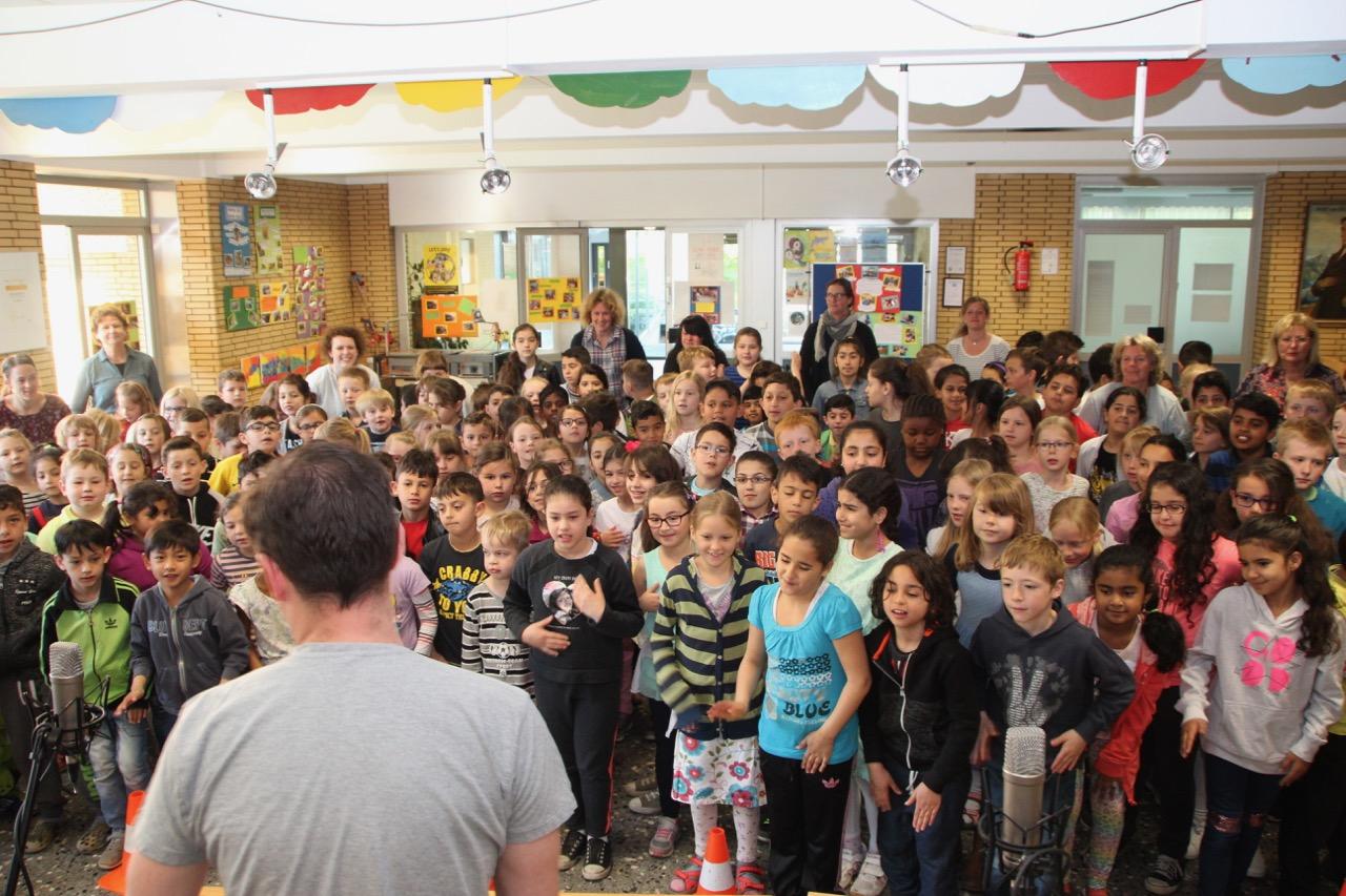 Gesamte Schule singt
