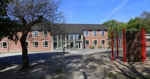 Gebäude und Schulhof