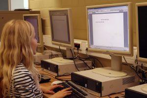 Schülerin übt Zehn-Finger-Schreiben im Computerraum
